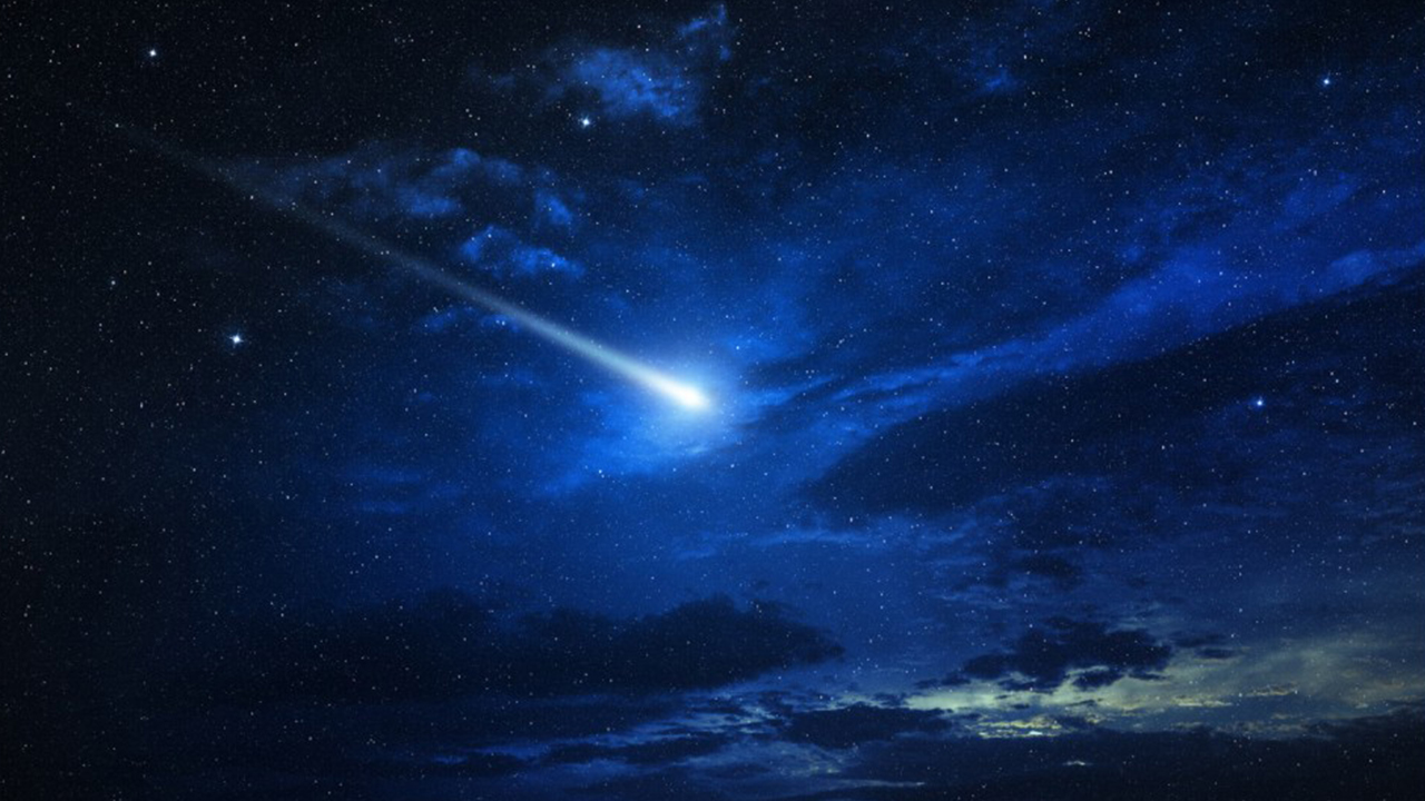 Comet to zoom past Earth